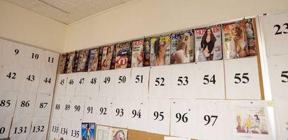 Coleção de capas da revista 'Hustler', com a qual Larry Flynt lançou seu império pornográfico.