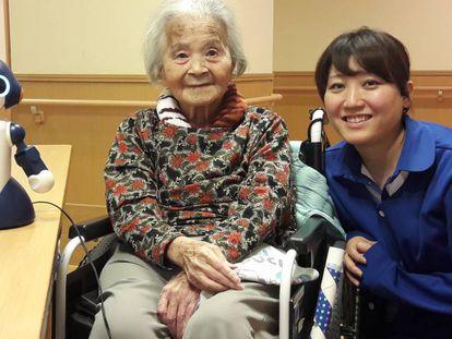 Fumiko Nakajima com uma cuidadora e o robô Sota no lar de idosos Zenkoukai, em Tóquio.