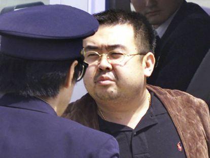 Kim Jong-Nam escoltado por um policial no Japão, em 2001.