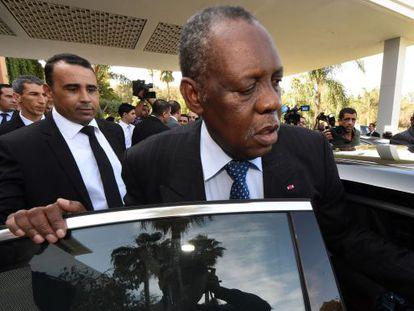 Issa Hayatou, presidente da CAF, ao sair da reunião em Rabat.
