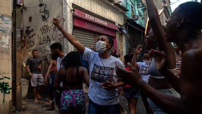 Moradores protestam após operação da polícia que deixou mais de duas dezenas de mortos no Rio.