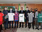 Bolsonaro recebe presidentes de clubes de futebol em Brasília.
