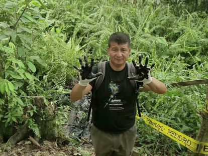 Frame do filme 'Toxitour' mostra Donald Moncayo, o guia local.