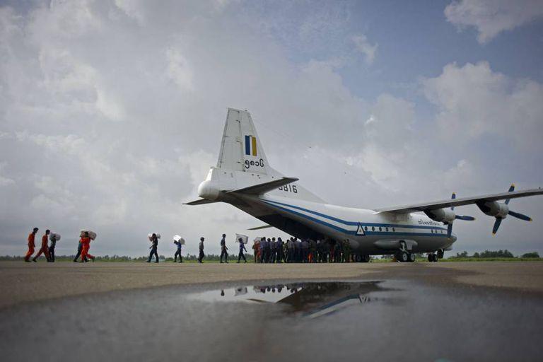 Foto de aeronave de transporte da Força Aérea de Myanmar semelhante a que desapareceu.