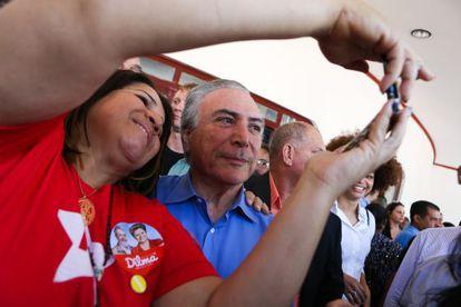 Michel Temer (PMDB) posa para foto com militante do PT.