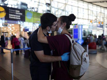 Um casal se beija no aeroporto de Santiago, no Chile.