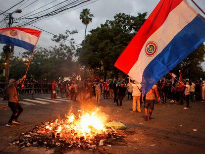 Um protesto contra o Governo de Mario Abdo Benítez nos arredores do Congresso, nesta quarta-feira, em Assunção.