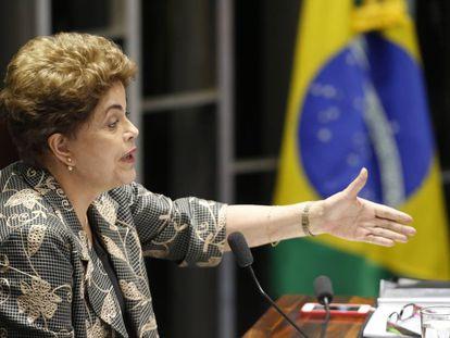 Dilma Rousseff responde às perguntas dos senadores no julgamento do impeachment.