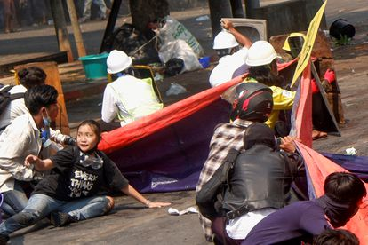 A jovem conhecida como 'Angel' (sentada, de camiseta preta) em meio aos manifestantes na quarta passada, 3 de março. Ela foi morta pelas forças policiais.