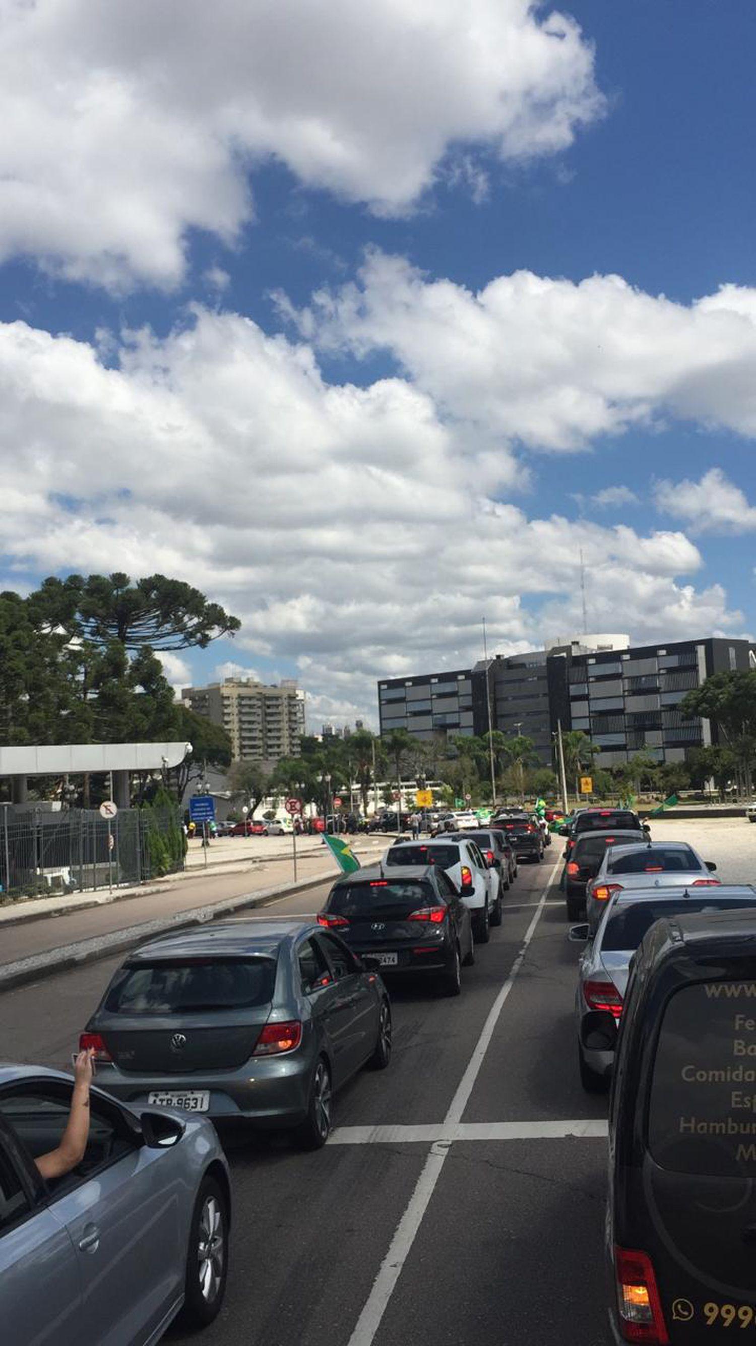 A carreata saiu pela manhã do bairro Água Verde, em Curitiba, e o buzinaço seguiu até o meio da tarde.
