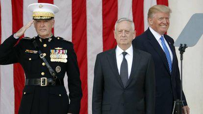 Trump sorri enquanto o chefe do Estado Maior e o secretário de Defesa, Jim Mattis, se alinham na homenagem aos mortos em Arlington