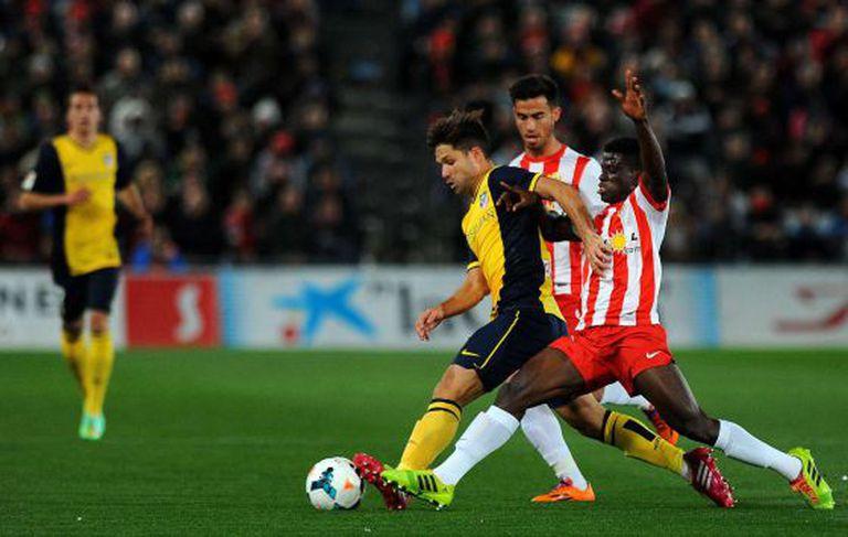 Azeez tenta roubar a bola de Diego.