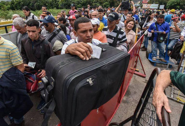 Fila de venezuelanos aguardam para entrar na Colômbia na fronteira de Cúcuta