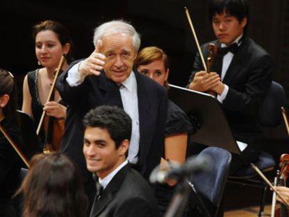 O diretor Pierre Boulez dirigindo à Orquestra da Academia, no Festival de Lucerna / Bild Peter Fischli