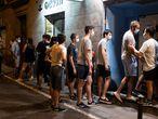 3/07/2020En la foto, cola para entrar al pub Ocean Rock en el barrio de Malasaña, en el momento de la reapertura, esta madrugada.Madrid, 2020.
