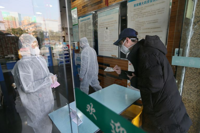 Um homem compra uma máscara em uma farmácia em Wuhan, na China, nesta quarta-feira, 29 de janeiro.