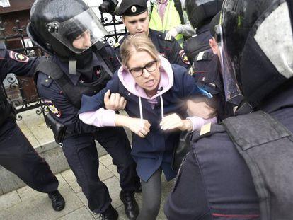Policiais detêm a oposicionista Liubov Sobol neste sábado em Moscou. Em vídeo, algumas das prisões da polícia russa.