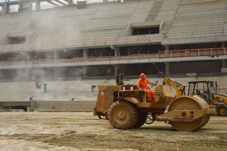 Trabalhadores na Arena, em 14 de dezembro de 2013.