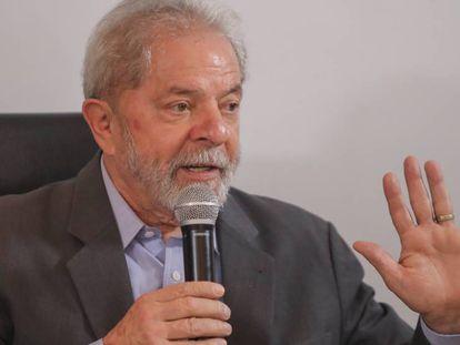 Ex-presidente Lula fala à imprensa em dezembro passado.