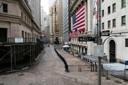 Vista geral da área de Wall Street na sexta-feira, quase deserta.