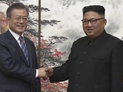 O líder da Coreia do Norte, Kim Jong-um. e seu homólogo surcoreano, Moon Jae-in, saúdam-se depois de uma conferência de imprensa conjunta em Pyongyang.