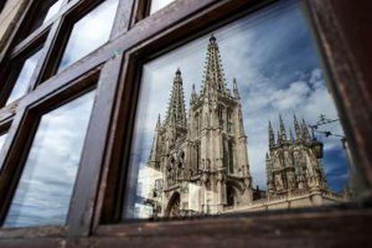 A catedral de Burgos refletida numa janela.