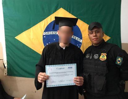 O coordenador da 1° Regional Prisional de Goiás, Josimar Pires Nicolau do Nascimento, ao lado de um detento.