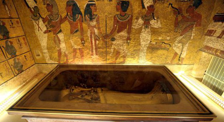 Interior da tumba do faraó Tutancâmon, em Luxor.
