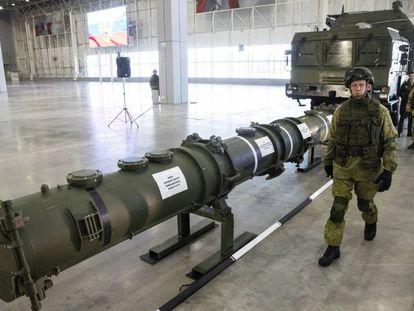 Um míssil 9M729 em uma base militar russa perto de Moscou.