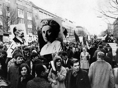 Cartazes de Rosa Luxemburgo e Lênin em uma manifestação em Berlim contra a guerra do Vietnã, em 18 de fevereiro de 1968.
