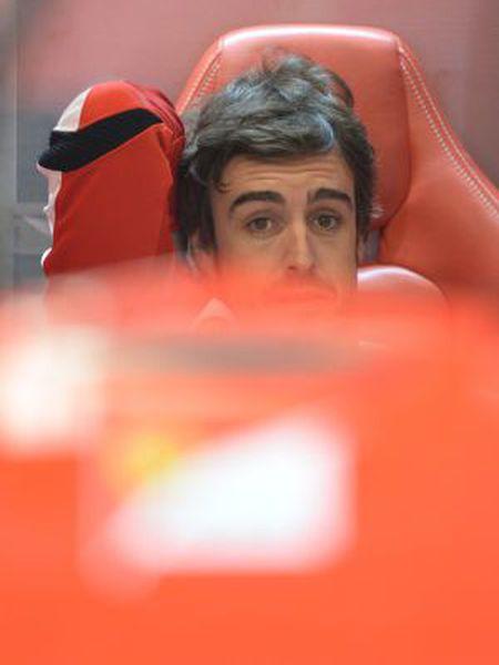 Fernando Alonso, en el 'box' de Ferrari en Austin
