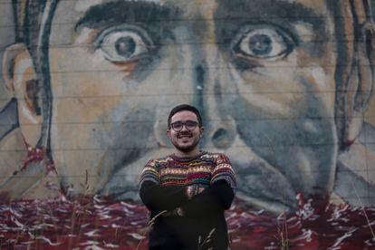 Alejandro Palacios, cientista político da Universidade Nacional da Colômbia, posa em frente a um mural em Bogotá.