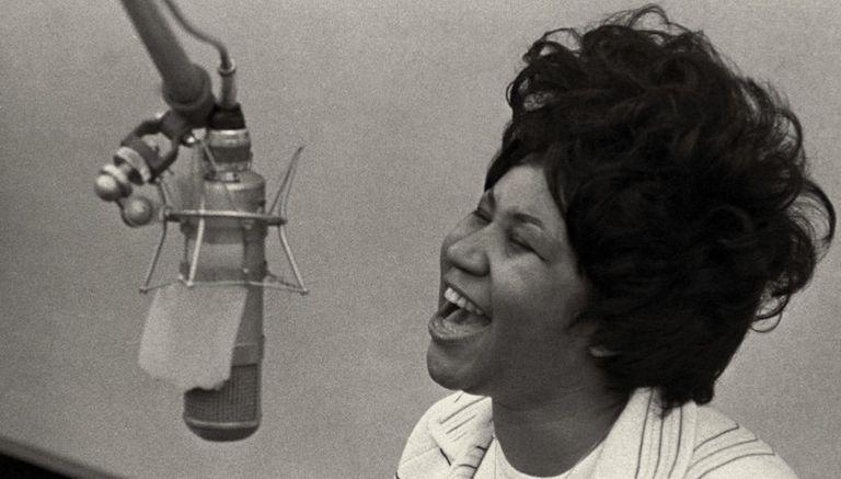 Aretha Franklin canta em 1967 nos estúdios Fame, em Muscle Shoals, Alabama.