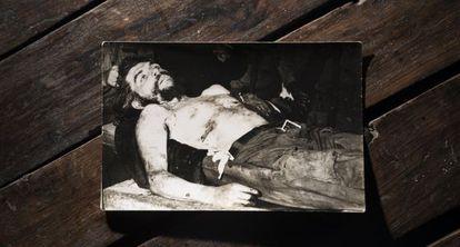 Foto do corpo sem vida de Che tirada por Marc Hutten.