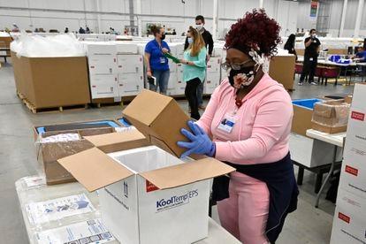 Trabalhadora empacota uma caixa da vacina Johnson & Johnson COVID-19 em uma caixa térmica para enviá-la aos centros de vacinação, na segunda-feira no Kentucky, Estados Unidos.