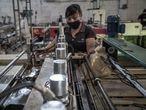 Trabajador de inova plastix controla el tamaño de las bolsas producidas por una máquina. la fábrica produce 1.200 toneladas de bolsas al año.Toluca, México