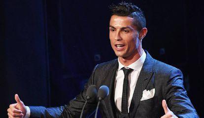 Cristiano Ronaldo posa antes da cerimônia de premiação da FIFA.