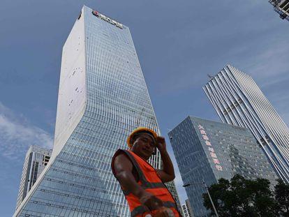 Um trabalhador passa diante da sede da Evergrande em Shenzhen, sudeste da China, em uma imagem de arquivo.