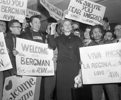 Ingrid Bergman é recebida por fãs no aeroporto de Nova York.