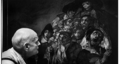 Henri Cartier Bresson, mestre da fotografia centrada na atenção, contempla um quadro de Goya em 1993.