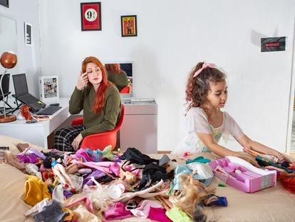 Gabriela Jansen, 26, trabalha de casa enquanto cuida da filha Manuela, 6, e acompanha suas aulas online.