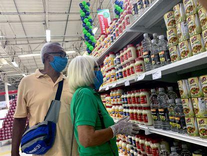 Duas pessoas com máscara compram em um supermercado iraniano em Caracas, em 31 de julho.