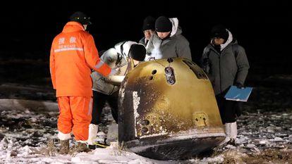 A sonda lunar 'Chang'e 5' no seu regresso à Terra, nesta quinta-feira.