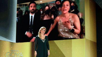 A enfermeira Ana María Ruiz anuncia o Goya de melhor filme para 'Las niñas'. Na tela, aparecem os produtores Álex Lafuente e Valérie Delpierre.