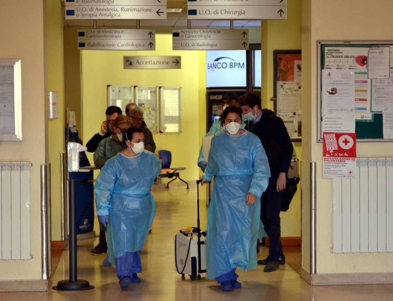 Funcionários do hospital de Codogno (Itália).