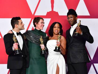 Os quatro atores vencedores do Oscar 2019 (da esq. para direita): Rami Malek, melhor ator por 'Bohemian Rhapsody'; Olivia Colman, melhor atriz por  'A Favorita'; Regina King, melhor atriz coadjuvante por 'Se a Beale Street falasse'; e Mahershala Ali, melhor ator coadjuvante por 'Green Book'.