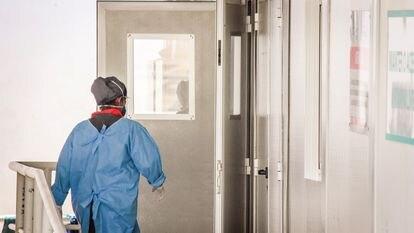 Profissional da saúde em uma unidade de pronto atendimento de Fortaleza.