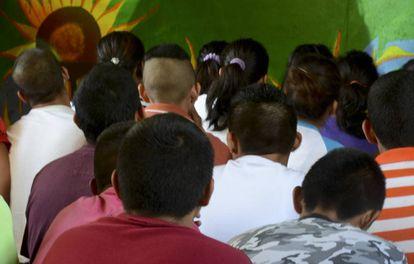 Grupo de jovens em um centro de detenção em Guerrero.