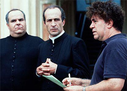 Pedro Almodóvar com os atores de 'Má Educação', um filme sobre abuso infantil.