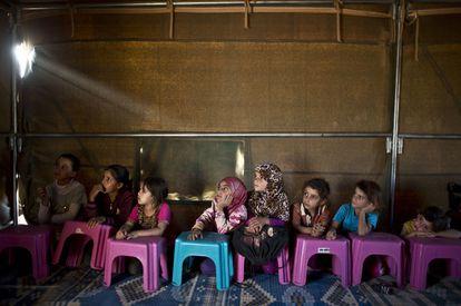 Esta data especial lembra que todas as crianças têm direito à saúde, à educação e à proteção. Nesta imagem, crianças sírias assistem à aula em um colégio improvisado em Mafraq (Jordânia), em 21 de outubro de 2015.